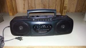 Radio AM-FM-Casettes Sony- CFS-B11- 10 W - 120 V et batteries AA