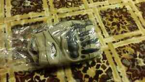 Brand new Oakley gloves Regina Regina Area image 1