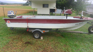 14' Fibreglass Powerboat with 25 hp Evinrude and Trailer