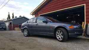 2001 BMW 325 xi all wheel drive -~-WINTER TIRES-~-  Trades/cash
