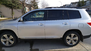 2012 Toyota Highlander SUV, very LOW KM and NO accident