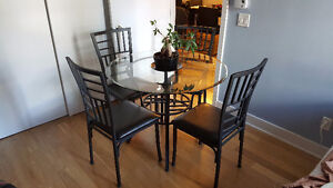 Kitchen Table Set (4 chairs) // Table de cuisine (4 chaises)