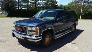 GMC Suburban SLE 1993 plus clean quun 2003. 199500km FULL