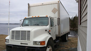 2001 International 4900 24 foot enclosed box with hydraulic lift