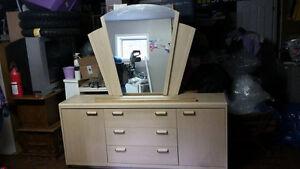 Bureau en Chaine. 31 Haut. 69 pouces de Long + Miroir. LIVRAISON