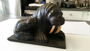Magnifique sculpture de morse, inuit, en pierre de savon