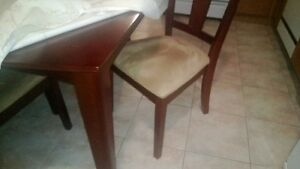 Dining table w leaf and 6 chairs