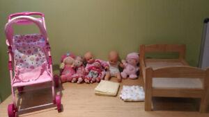 Poupées, poussette (carosse) de poupée et lit de poupée