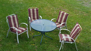 Oudside table with 4 chairs