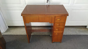 ANTIQUE SINGER SEWING MACHINE AND DESK