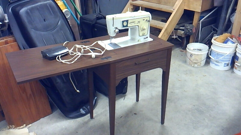 Machine coudre signer 467 avec meuble loisirs for Machine a coudre kijiji