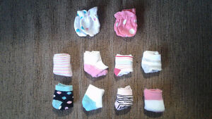Girl's baby socks + 2 pairs of scratch mittens