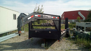 Fifth wheel trailer with mount and hitch bracket