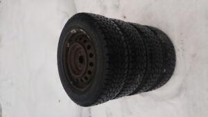 4 Goodyear d'hiver 205-60 R15 montes sur roues