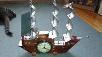 bateau antique avec horloge et lumieres voir photo