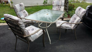 Patio set 4 chaises table en vitre coussins