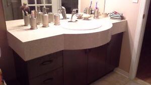 Meuble Salle de Bain avec lavabo et robinets