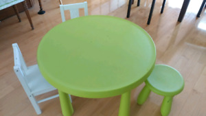 IKEA 4pc kids table + chair set/ens de table + chaises pour enfa