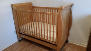 Crib with Storage Drawer