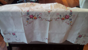 Vintage Embroidered Tablecloth, 6 Napkins