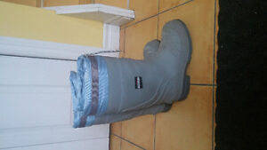 Insulated steel toe rubber boots