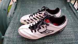 Junior soccer cleats / Crampons. Size 5.
