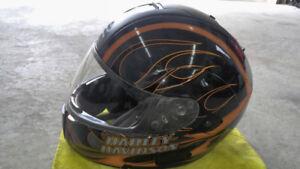 Casque Harley Davidson noir avec flammes oranges