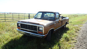 ***81 DODGE HD TRUCK,318/4BBL/AUTO/CLOTH IN***63493 KMS***