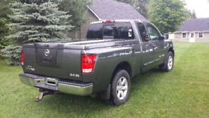 2010 Nissan Titan 4WD King Cab with Leer Cover