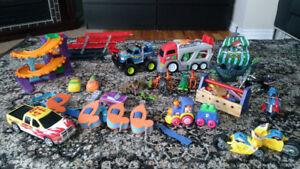 Lot de jouets - camions, piste de course,  voitures , motos, bat