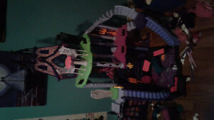 Monster high house and 10 dolls