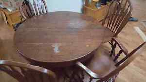 Antique round table with four chairs and two leafs Cambridge Kitchener Area image 1