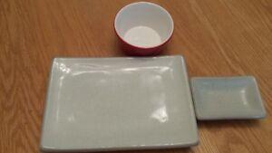 Deux ensembles assiettes et bols à sushi