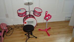 batterie fille, tabouret, guitare électrique et Micro Hello Kitt