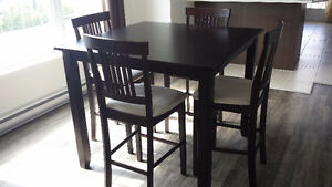 Très belle table de cuisine et 4 chaises, style bistro