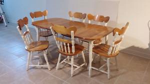 Table de cuisine en érable et 6 chaises à vendre