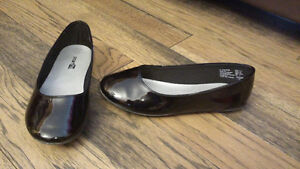 GIRLS SIZE 1 1/2 DRESS SHOES BY SMART FIT BRAND NEW
