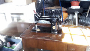 Singer sewing maching - including table with drawer