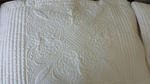 Queen Size Bedspread and Pillow Cases West Island Greater Montréal image 2