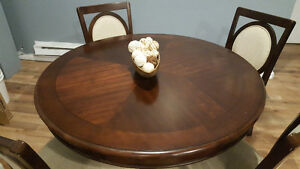 Beautiful Kitchen Table & 4 Chairs