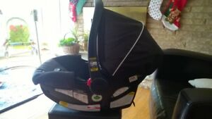 Very gently used Graco Click Connect Snugride carseat