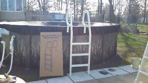 Complètement neuve- échelle à deck, pour piscine hors-terre