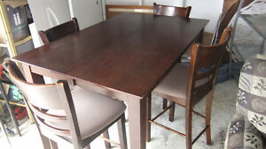 bistro pub style table and chair set in good cond