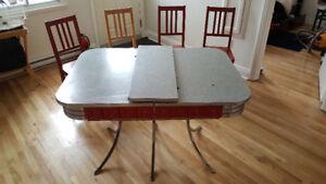 Magnifique table de cuisine vintage, avec quatre chaises de bois