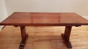 Table en bois naturel parfait pour salle à manger ou bureau