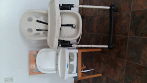 2 feeding chairs of different sizes
