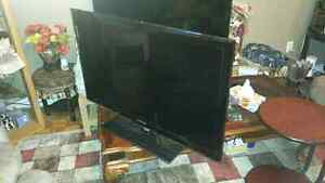 SELLING HARDLY USED LED TV SAMUNG 40 inches UN40C5000QF West Island Greater Montréal image 2