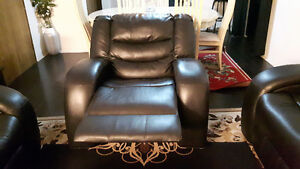Leather sofa excellent condition. 500$ if pick up by this week.