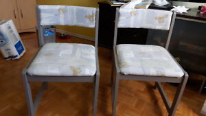 2 chaise grise en bois avec dossier et siège recouvert