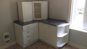 Laveuse et sécheuse, cuisinière et armoires